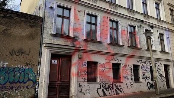 Blick auf das mit Farbe beschmierte Haus der Identitären Bewegung in der Adam-Kuckhoff-Straße 16 in Halle.