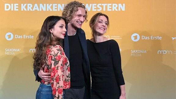 """Die Schauspieler Arzu Barzmann, Adrian Goessel und Friederike Linke (v.l.n.r.) bei der Preview für die Serie """"In aller Freundschaft - Die Krankenschwestern"""" in Halle."""