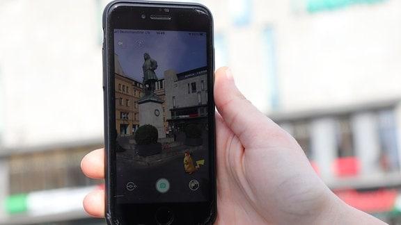 Ein Pikachu vor dem Händel-Denkmal in Halle im Spiel Pokémon GO