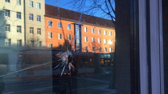 Beschädigtes Fenster Justizzentrum Halle an der Merseburge Straße