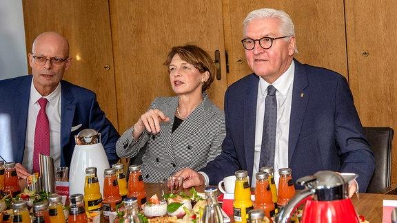 Dr. Bernd Wiegand (Oberbürgermeister Halle (Saale),parteilos) und Dr. Reiner Haseloff (Ministerpräsident des Landes Sachsen-Anhalt) empfangen den Bundespräsident Frank-Walter Steinmeier zusammen mit seiner Frau Elke Büdenbender in Halle (Saale).