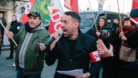 Sven Liebeich und weitere Rechtsextreme und Verschwöhrungstheoretiker auf einer Demonstration.