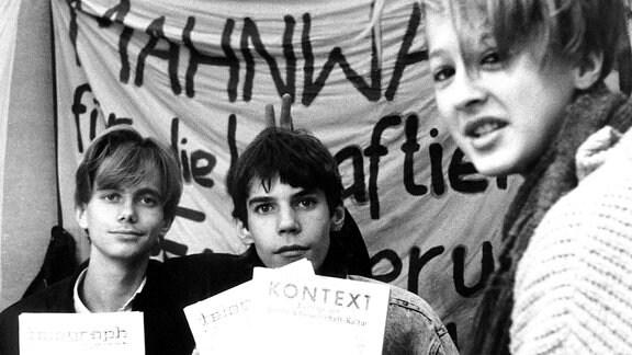 Jugendliche bei Mahnwache an der St.Georgengemeinde, 1989 in Halle