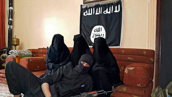 """Das """"offizielle Hochzeitsfoto"""" von Leonora selbst als Drittfrau im Islamischen Staat."""