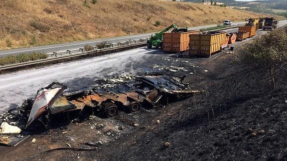 Unfallstelle mit einem ausgebrannten Lkw