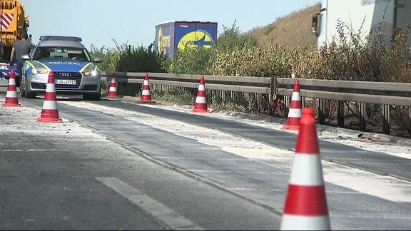 Polizeiauto fährt durch eine Unfallstelle auf der Autobahn
