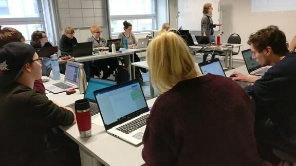 Studenten des Studiengangs Multimedia und Autorschaft sitzen in einem Seminarraum der Martin-Luther-Universität in Halle.