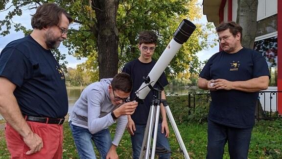 Christoph Langer, Schüler Aaron Hoffmann und Jakob Langer sowie Ingo Hohler vom Planetarium Merseburg