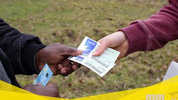 Hände tauschen Gutschein gegen Bargeld.