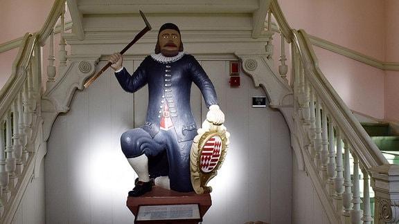 'Martins'-Figur im Treppenhaus des Museums Hettstedt