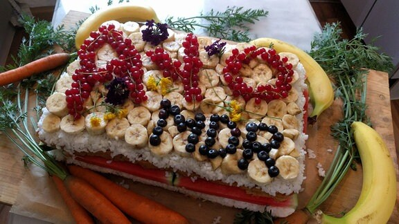 Torte mit Obst und Gemüse für einen Elefanten