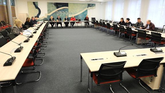 Magdeburg: Blick in den Beratungsraum der Konstituierenden Sitzung des Parlamentarischen Untersuchungsausschusses des Terroranschlag von Halle im Landtag.
