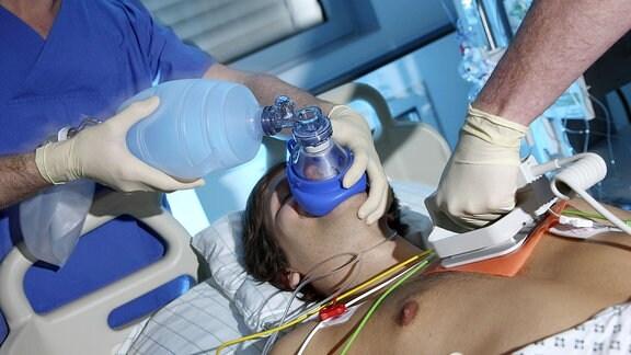 Während eines Herz-Kreislaufstillstand wird der Patient von Hand beatmet