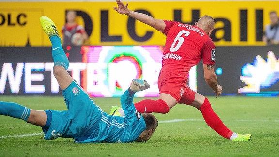 Toni Lindenhahn (HFC) scheitert an Christian Früchtl (Torwart, Bayern München II) im Spiel des HFC Hallescher FC vs. FC Bayern München II.