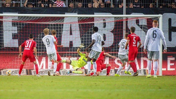 Tor zum 1:2 für München durch Lars Lukas Mai (Bayern München II) im Spiel des HFC Hallescher FC vs. FC Bayern München II.