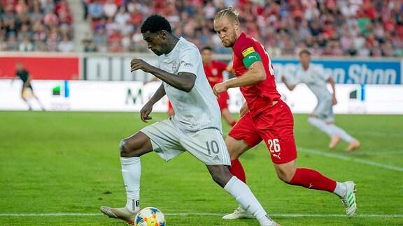 Kwasi Okyere Wriedt (FC Bayern II) (l.), Sebastian Mai (HFC) (r.)