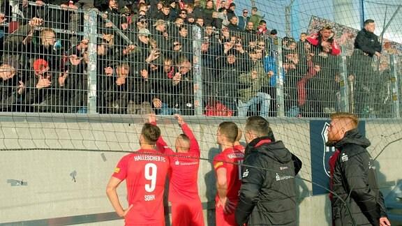 Das HFC-Team vor den verbitterten Fans