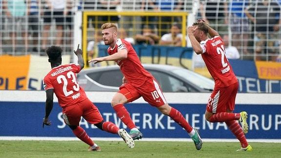 v. l. Braydon Manu (Hallescher FC), Mathias Fetsch (Hallescher FC), Jan Washausen (Hallescher FC), Jubel nach Tor zum 1:0.