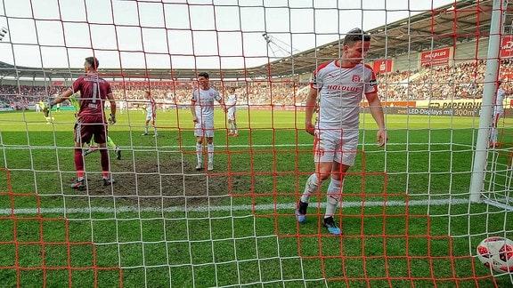 Manuel Schäffler (Wiesbaden) trifft hier zum 0:3 für Wiesbaden im Spiel des HFC Hallescher FC vs. SV Wehen Wiesbaden