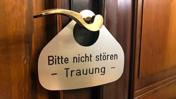 in Bitte-nicht-stören-Schild hängt an einer Türklinge im Standesamt