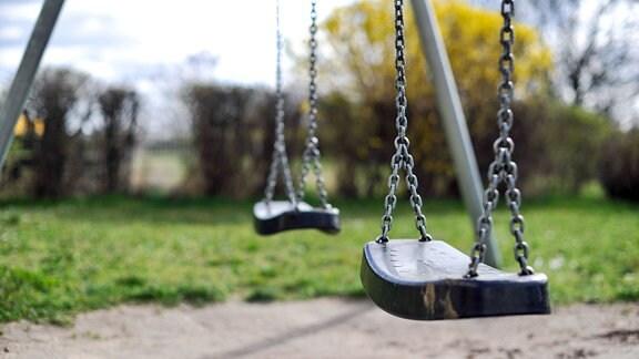 leere Schaukel auf Spielplatz