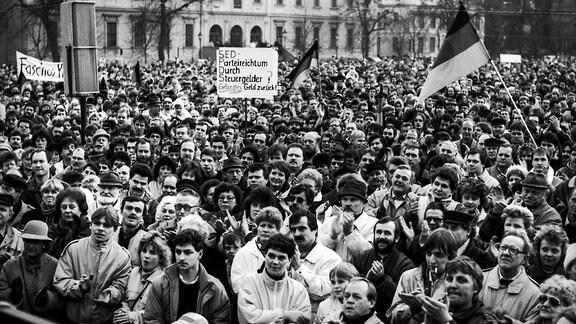 Demonastration auf dem Domplatz in Magdeburg