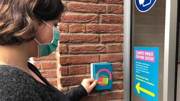 Charlotte öffnet Tür