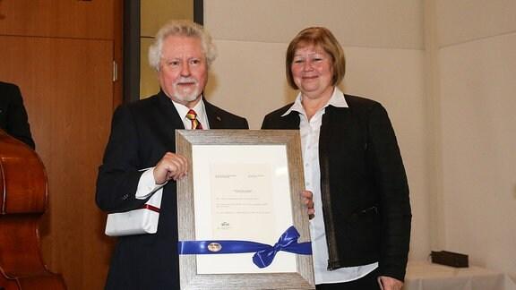 Oberbürgermeister a.D. Dr.Willi Polte (Magdeburg,Sachsen Anhalt) bekommt von Landtagspräsidentin Gabriele Brakebusch (CDU,Sachsen Anhalt) den ersten Beschluss aus dem Landtag aus dem Jahr 1990 der Magdeburg zur Landeshauptstadt von Sachsen Anhalt machte geschenkt.