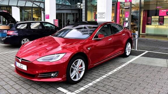 Ein Elektroauto (Tesla Modell S) wird betankt.