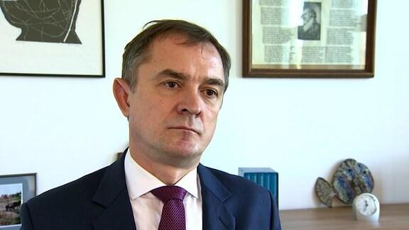 Bildungsminister Tullner sitzt in einem Büro