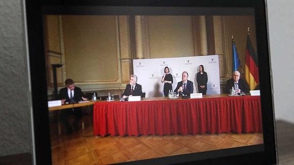 Landpressekonferenz in der Staatskanzlei von Sachsen Anhalt wird per Livestream auf dem Youtoube Kanal des Landes übertragen, Journalisten sind wegen des Coronavirus nicht mehr zugelassen, sie können per Telefon oder Mail ihre Fragen stellen.