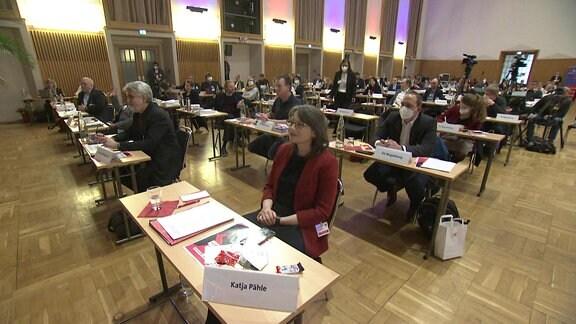 Delegierte der SPD sitzen größtenteils ohne Maske an ihren Tischen beim Landesparteitag in Sachsen-Anhalt