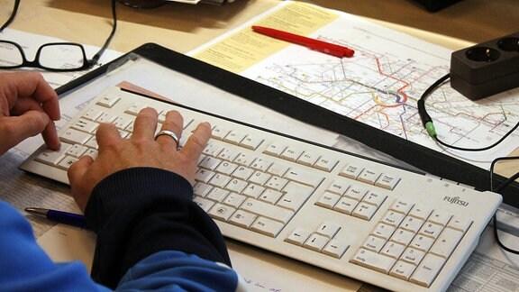 Finger gleiten über eine weiße Tastatur