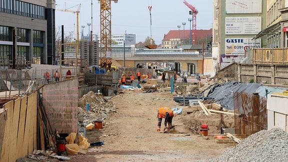 Baurarbeiter arbeiten auf der Baustelle des Magdeburger Citytunnels