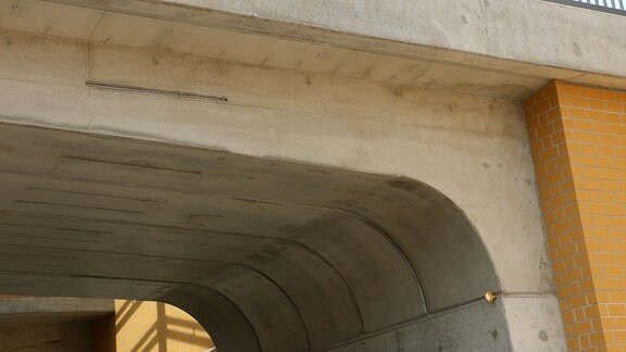 Detailaufnahme des Betonbrückenbogens des neuen Magdeburger Citytunnels