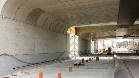 Detailaufnahme der Betonbrückenbogen des neuen Magdeburger Citytunnels auf Seite der zukünftigen Haltestelle