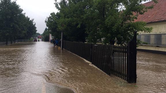 Eine Straße steht unter Wasser