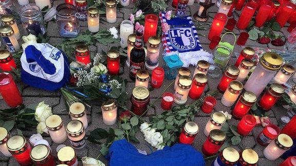 Mit Kerzen, Blumen und FC-Magdeburg Fanartikeln wird an den Fan Hannes gedacht