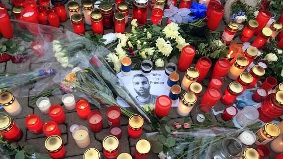 Mit Kerzen und Blumen wird an den FC-Magdeburg-Fan Hannes gedacht
