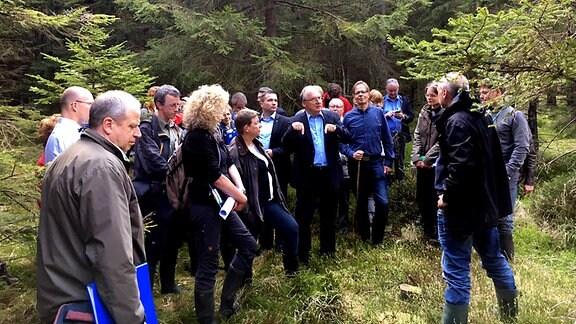 Ministerpräsident Reiner Haseloff (CDU), Wirtschaftsminister Armin Willingmann (SPD), Umweltministerin Claudia Dalbert (Grüne) und weitere Vertreter der Regierung im Moor bei Schierke
