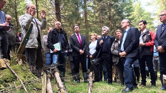 Vertreter der Regierung von Sachsen-Anhalt und Pressevertreter besichtigen künftige Baustelle der Seilbahntrasse bei Schierke