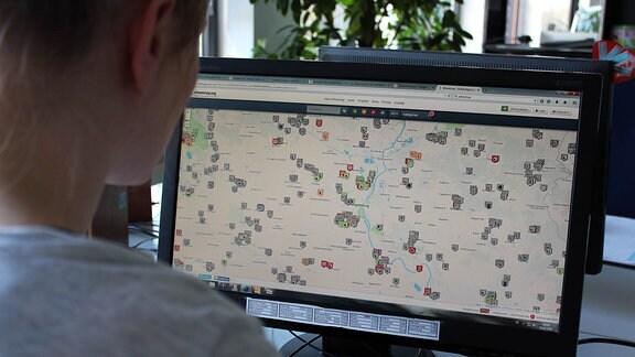 Eine Frau öffnet die Internetseite von Wheelmap.org und findet lauter verschiedene Symbole vor