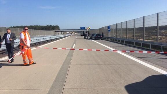 Eine Autobahn wird für den Verkehr freigegeben.