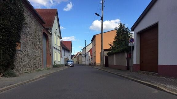 Blick in eine Straße einer Ortschaft