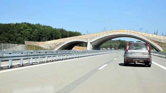 Ein Auto fährt auf einer leeren Autobahn