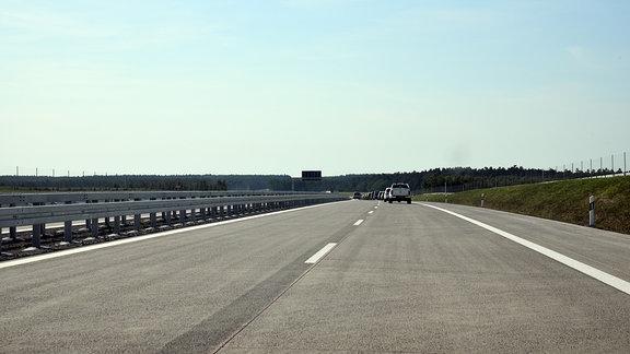 Autos fahren auf einer leeren Autobahn