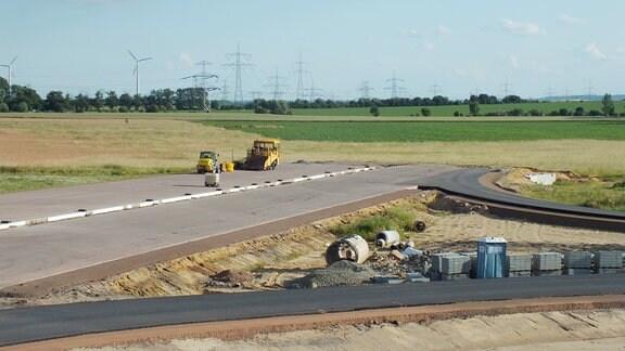 Baumaterial und -gerät am Ende einer Autobahnbaustelle