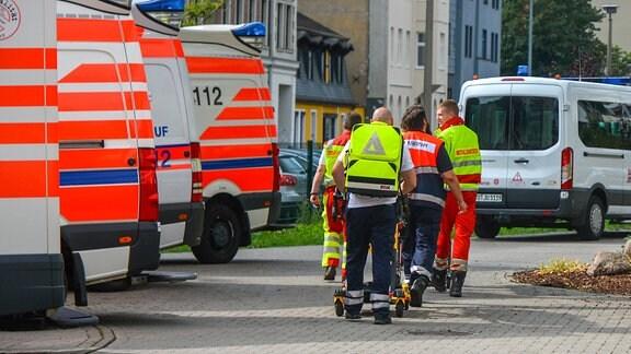Mehrere Sanitäter und Rettungswagen