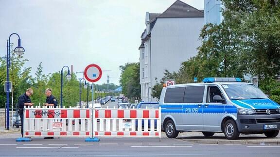 Polizistinnen sperren eine Straße ab