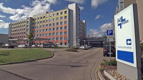 Einfahrt und Gebäude des Klinikum Magdeburg